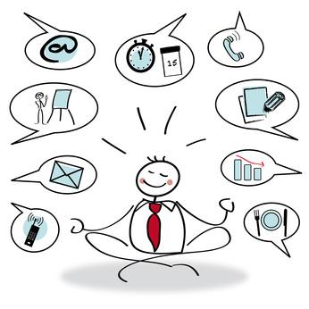 Entspanntes Strichmännchen mit Sprechblasen, die Symbole verschiedener Führungsaufgaben zeigen
