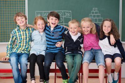 lachende Schulkinder haben Spaß